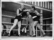 Frauen beim Box-Training im Box-Ring in Paris von New York Times Photo